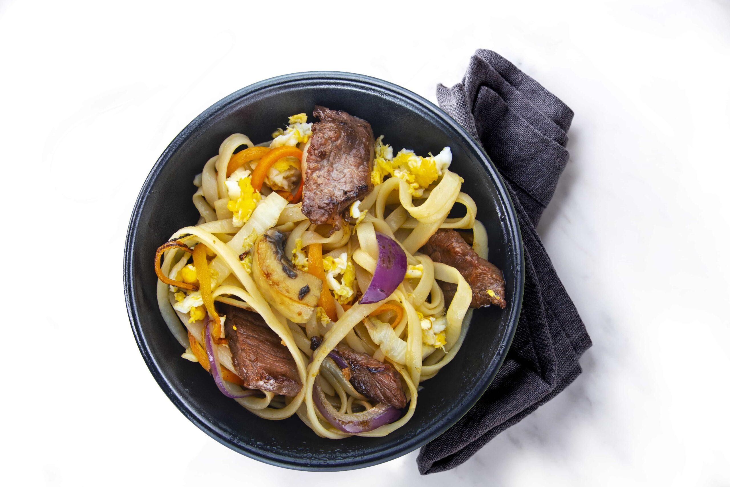 Рецепт широкой рисовой лапши с телятиной в кунжутном соусе