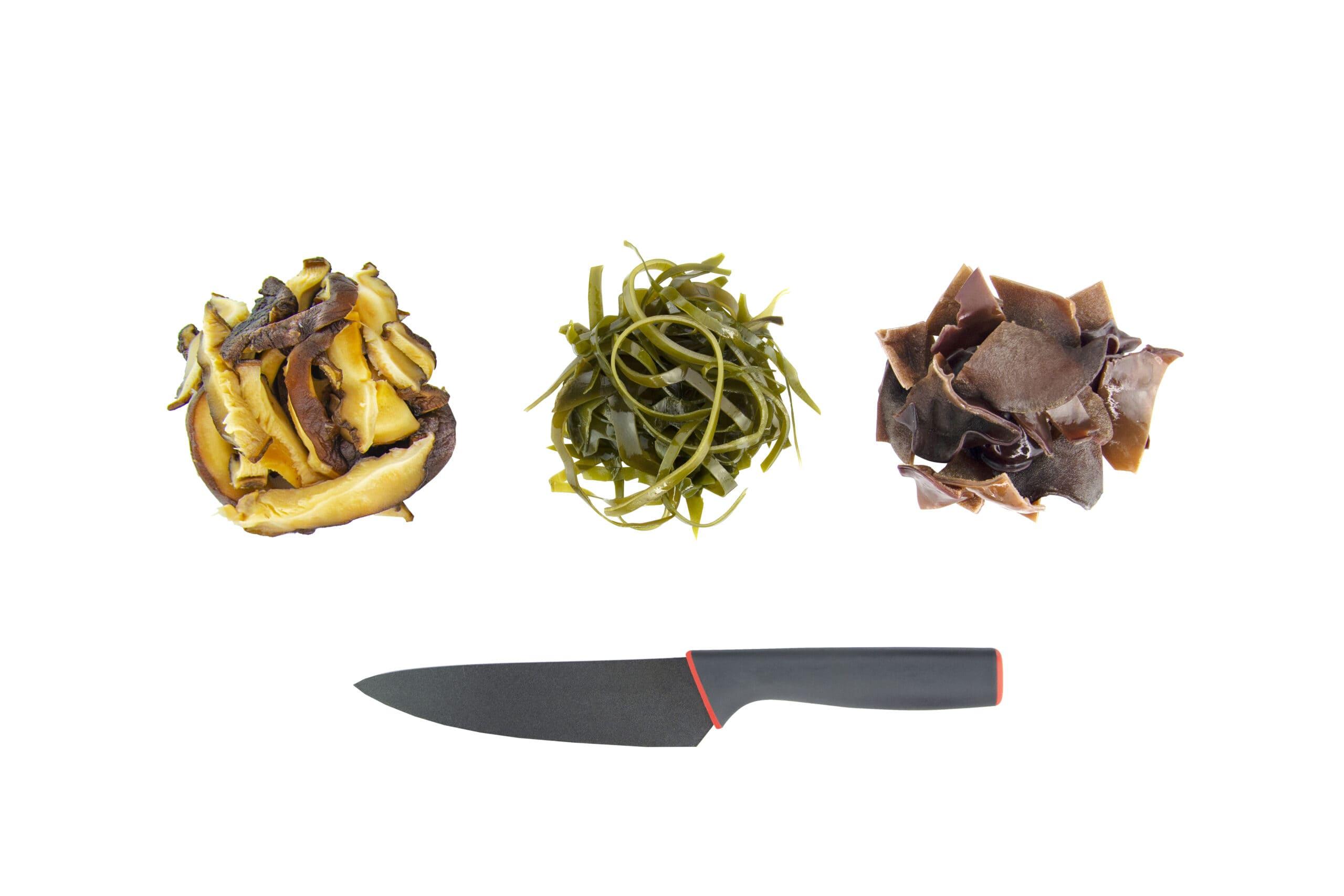 Приготовление салата с морской капустой и грибами
