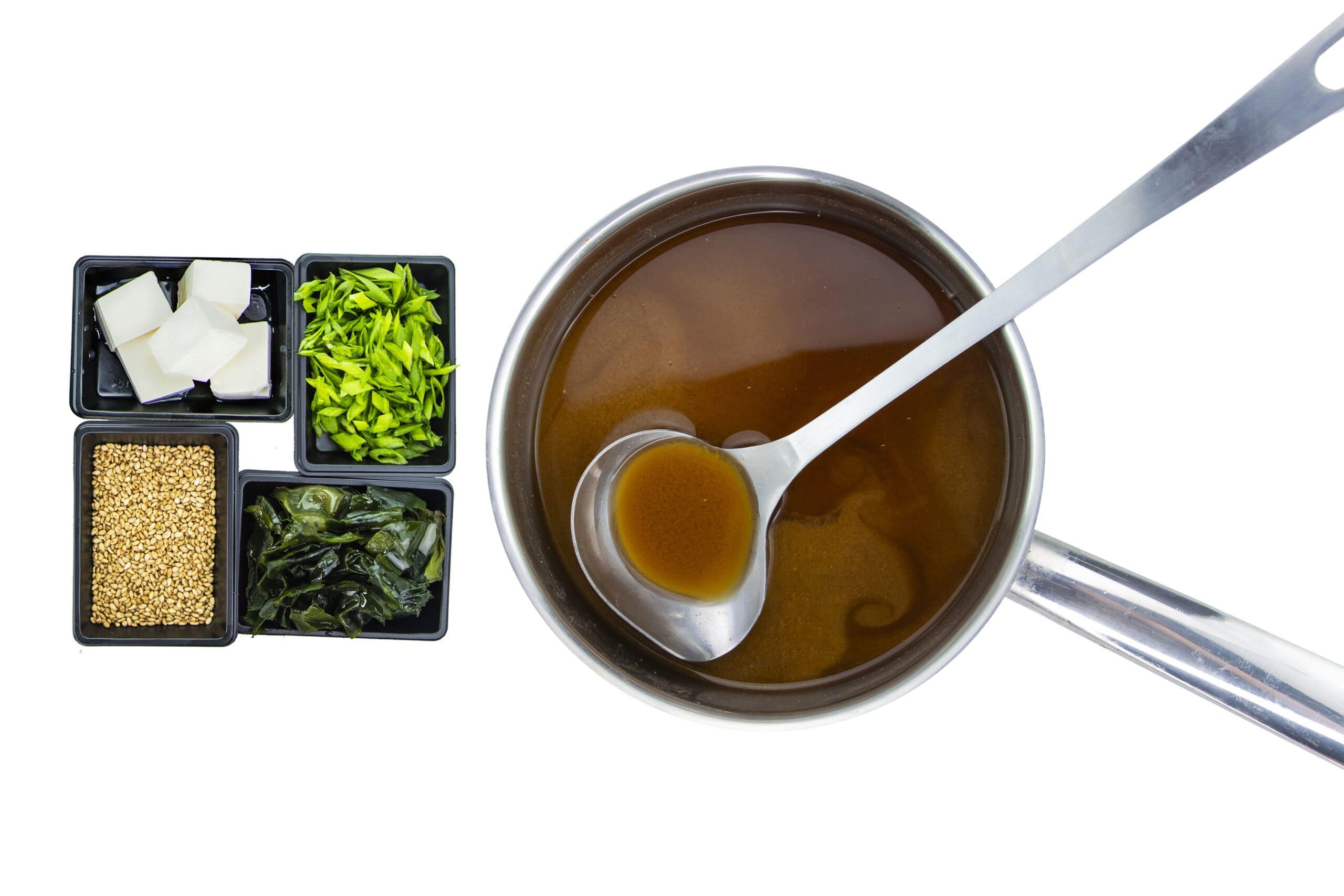 Ингредиенты для мисо-супа с соевым сыром тофу