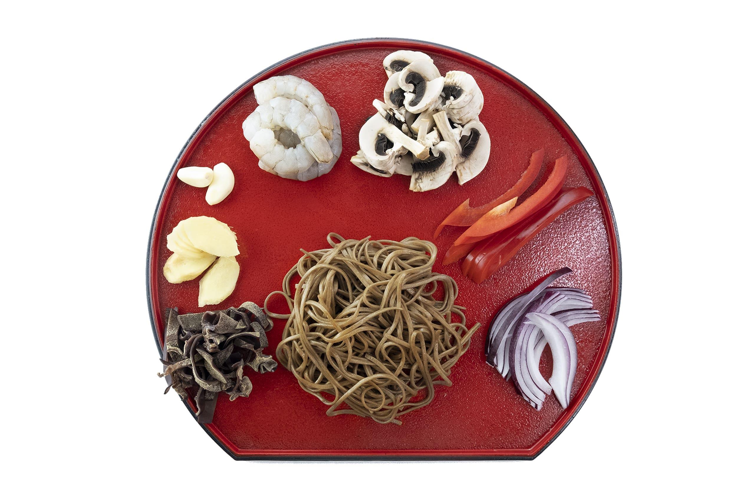 Приготовление собы с креветками и овощами