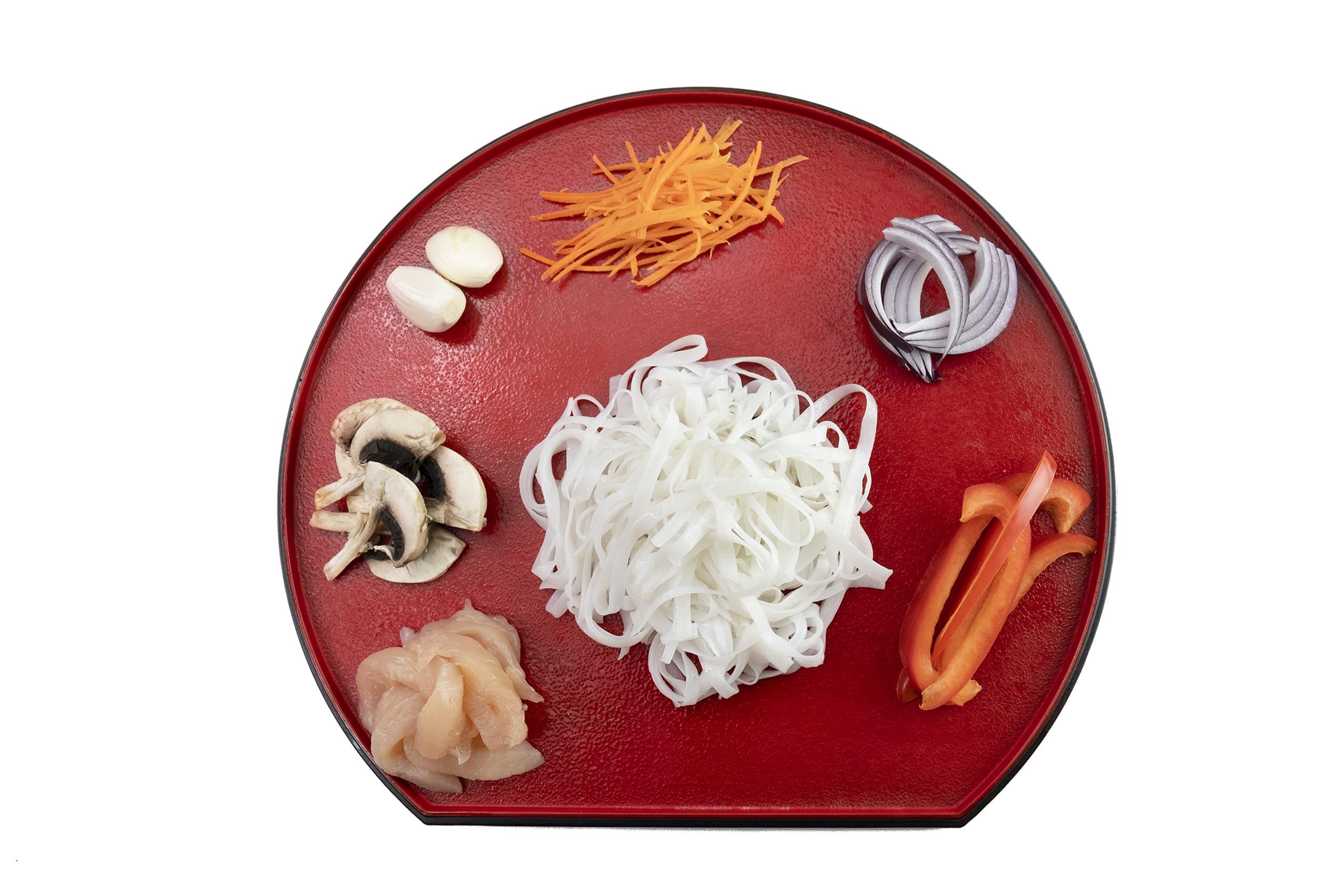 Приготовление рисовой лапши с курицей и овощами по-китайски